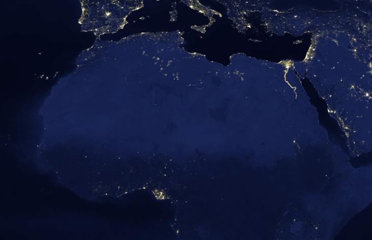 Sur cette photo satellite nocturne ( NOAA / NASA) les lumières du Nigéria ne réprésentent pas la capitale Lagos, mais uniquement les torchères de gaz. On estime que 10 % du gaz volatilisé  dans les torchères chaque année provient du Nigéria