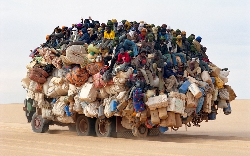 Pour un habitant d'un pays riche, il n'est pas naturel de penser collectif.  Mais pas pour un habitant d'un pays pauvre. Ici transport collectif au Sahara, région extrèmement riche  en gaz et en pétrole.