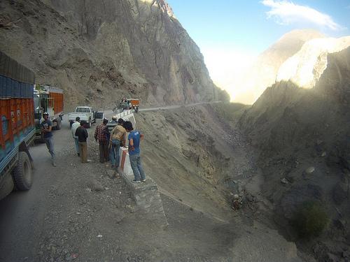 Ci-git au fond d'un ravin indien, un camion de GPL qui n'a pas explosé