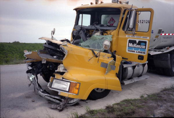 En Floride, le chauffeur n'a pas pu freiner à temps pour éviter le camion poubelle