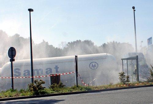 Fuite de gaz d'un semi remorque sur l'A8 .Autoroute fermée