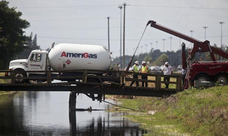 Trop lourd pour le petit pont de bois à Palm Beach en Floride