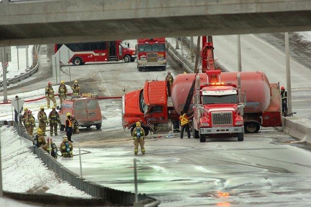 Camion en cours de relevage au Quebec